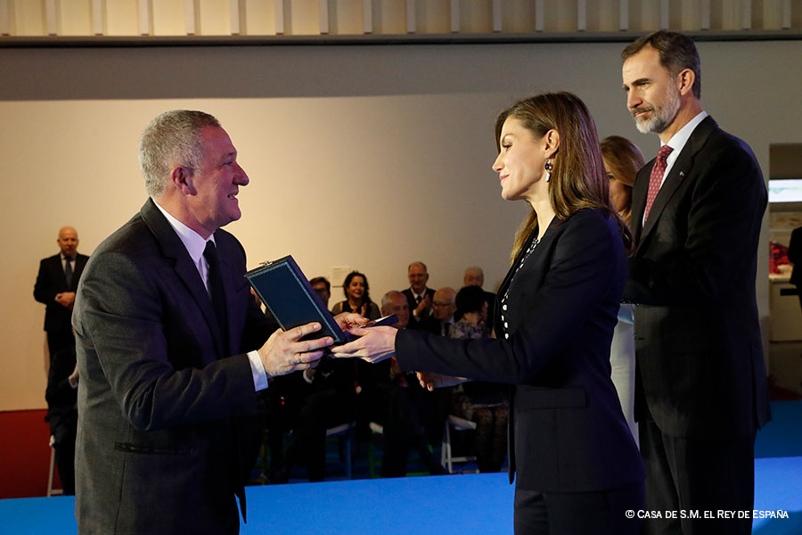 Miguel-Martin-recoge-medalla-(copyright-Casa-de-S.M.-el-Rey-de-Espana)